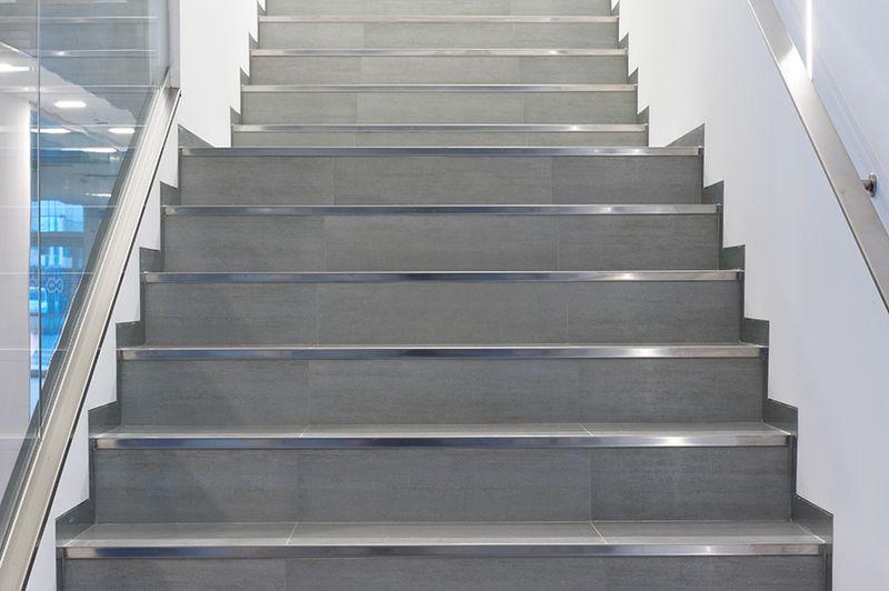 Разноуровневый уголок PL из нержавеющей стали на ступенях