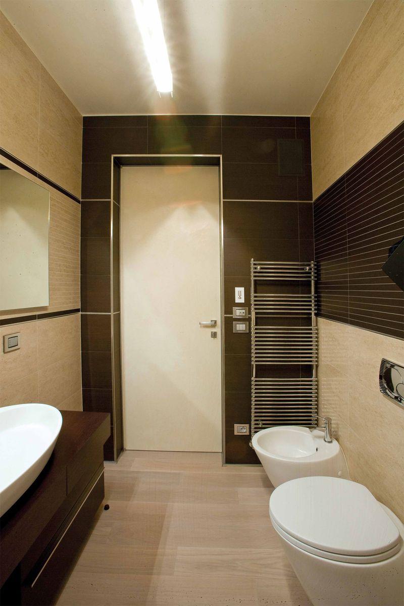 Угловой профиль из нержавеющей стали в дверном проеме ванной комнаты