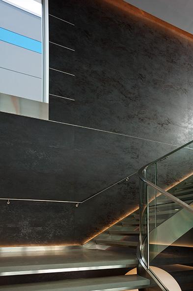 Уголок PL из нержавеющей стали на ступенях лестницы